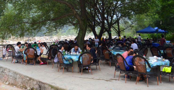 In the valleys in the south of Baoji, many countryside restaurants have become flourishing family businesses.