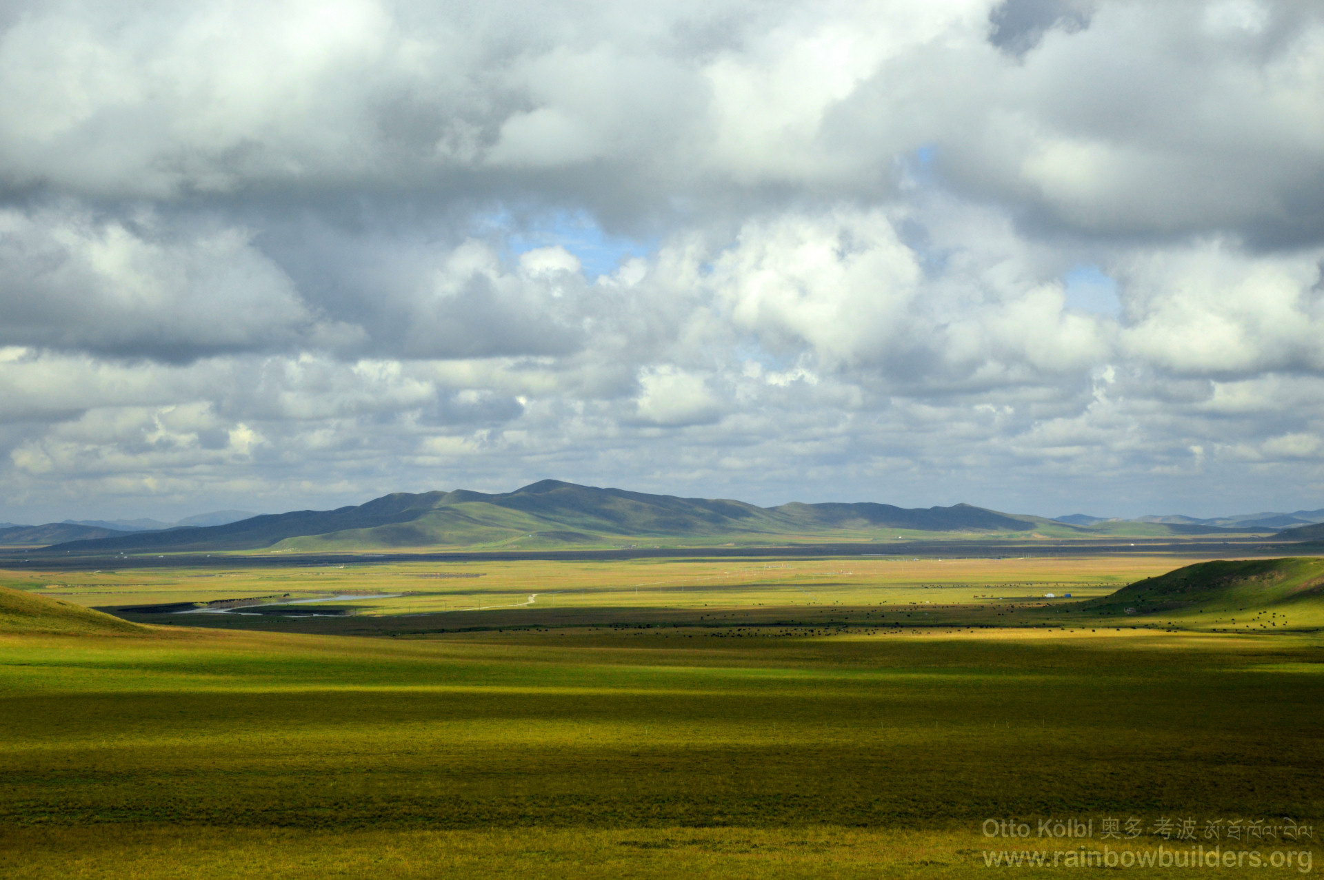 A typical Tibetan high plateau landscape: flat areas alternate with soft hills. Only a minor part of the Tibetan areas is made of steep mountains and deep canyons.