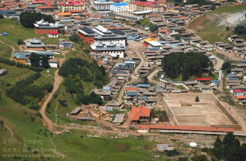 This aerial view of the Lhamo Kirti monastery shows very well the extent of the present construction site.