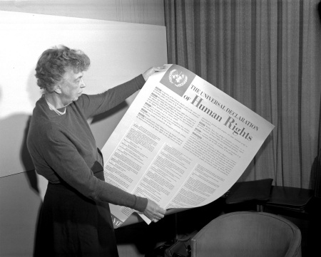 Eleanor Roosevelt 1948 with the Universal Declaration of Human Rights, at whose elaboration she played an important role. Photo: US Administration 1948.