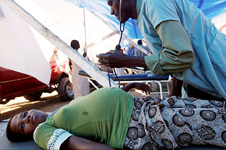 Health workers often have to work under difficult conditions. Photo: WHO.